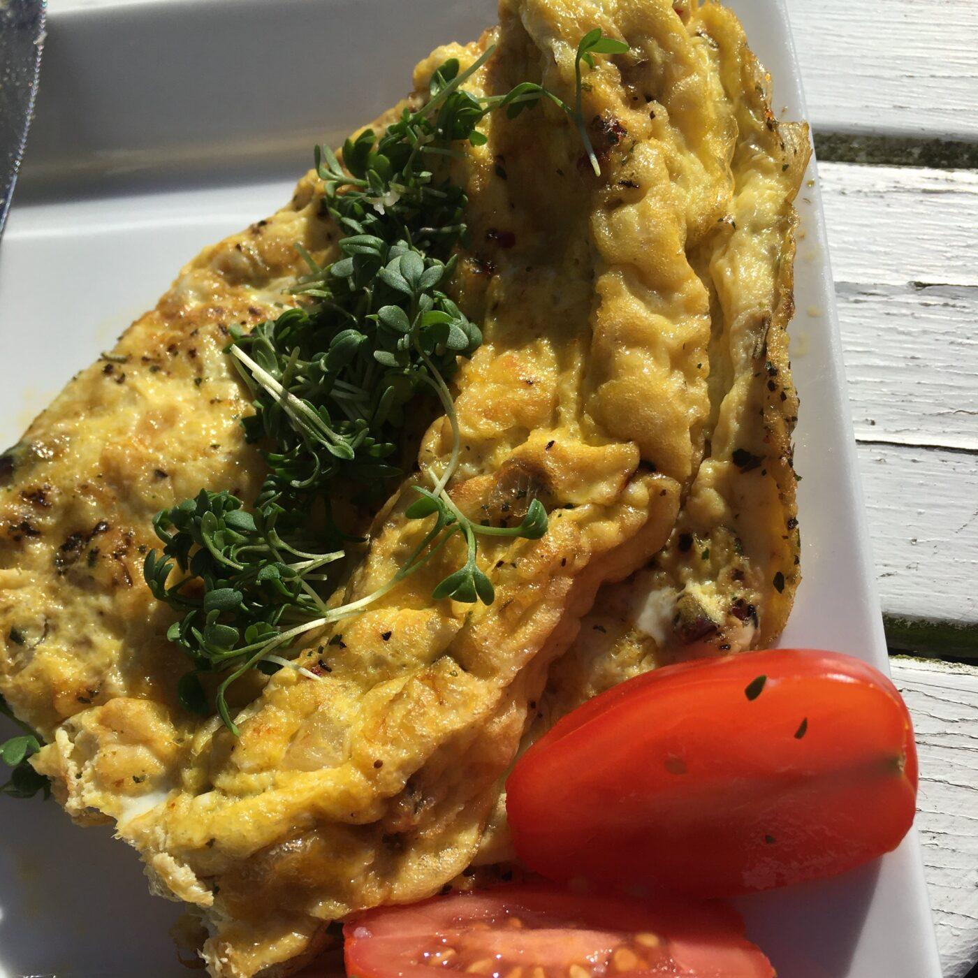 Omelet opskrift - færdig og pyntet omelet